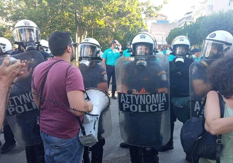 Επίθεση ΜΑΤ σε κατοίκους που διαμαρτύρονταν για τοποθέτηση κοντέινερ για μαθητές νηπιαγωγείου