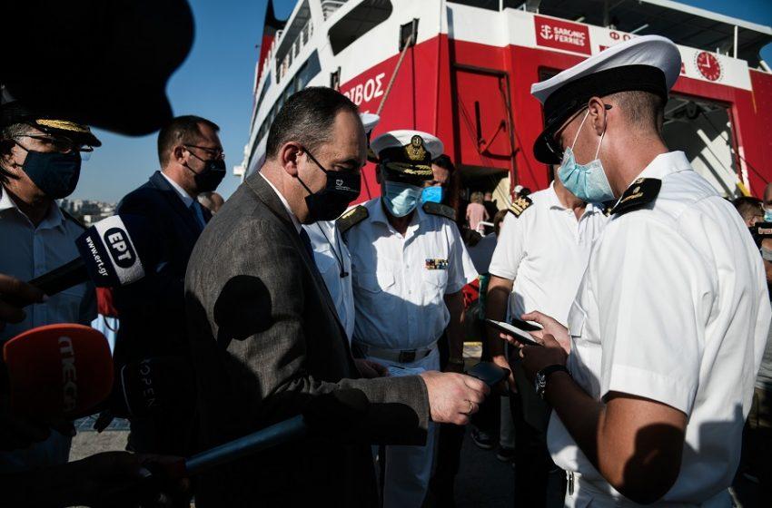 Στο λιμάνι του Πειραιά ο Πλακιωτάκης: Να τηρούμε τα υγειονομικά πρωτόκολλα