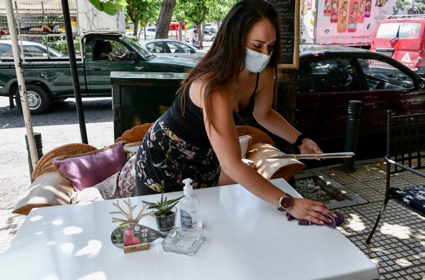 """""""Καμπανάκι"""" για τους 40+  – Δύο τεστ την εβδομάδα για τους ανεμβολίαστους εργαζόμενους σε τουρισμό και εστίαση"""