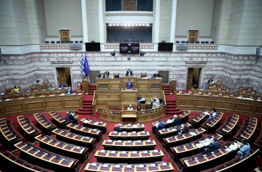 """Υποχρεωτικοί εμβολιασμοί: Εγκρίθηκε η τροπολογία με τις ψήφους ΝΔ – ΚΙΝΑΛ – """"Παράθυρο"""" για επέκταση και σε άλλους κλάδους εργαζομένων"""