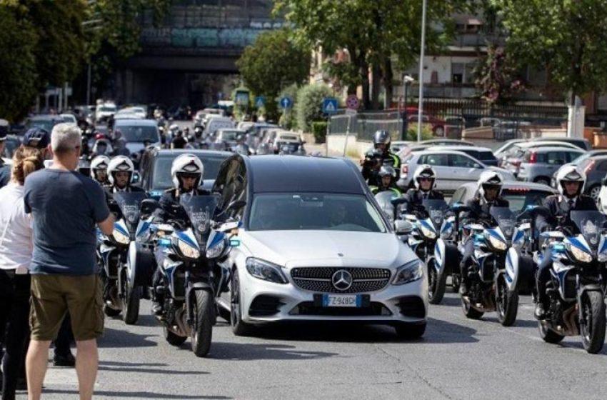 """Στους δρόμους οι Ιταλοί για το """"αντίο"""" στην Ραφαέλα Καρά"""