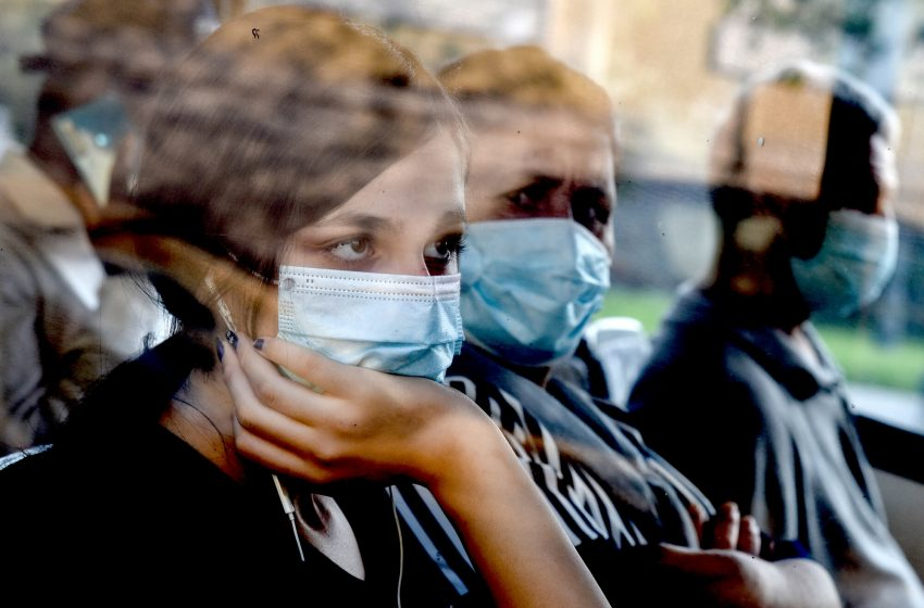 """Δραματική αλλαγή των προβλέψεων/ Σαρηγιάννης: 2.000 κρούσματα τον Αύγουστο- """"Κακώς βγάλαμε τόσο νωρίς τις μάσκες"""""""