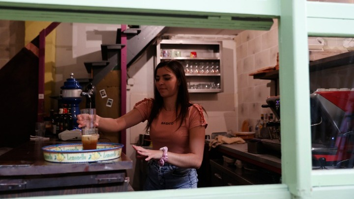 Κωφοί σερβιτόροι σε καφέ που προωθεί τη νοηματική γλώσσα