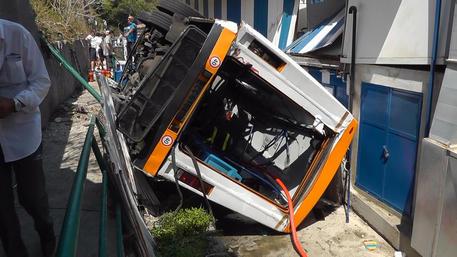Τραγωδία στην Ιταλία: Ένας νεκρός και 19 τραυματίες από πτώση λεωφορείου σε χαράδρα στο Κάπρι