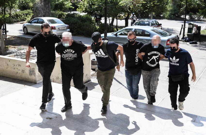 """""""Καταπέλτης"""" ο εισαγγελέας για τον αστυνομικό που εξέδιδε την 19χρονη και για τον πατέρα της"""