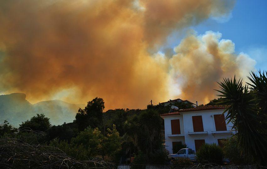 Ανεξέλεγκτη η φωτιά στη Σάμο – Εκκενώνονται ξενοδοχεία
