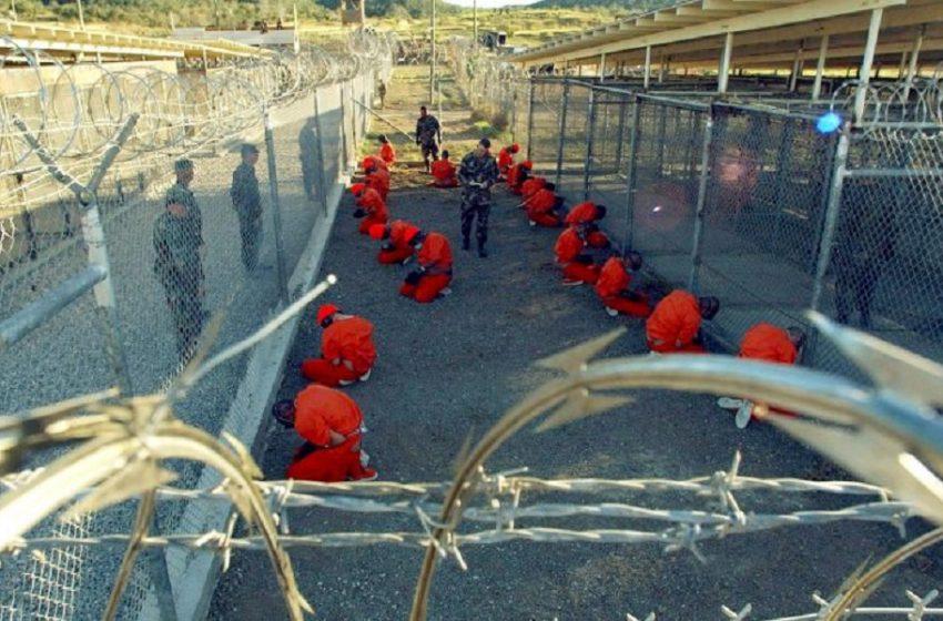 ΗΠΑ: Η κυβέρνηση Μπάιντεν προχώρησε στην πρώτη μεταφορά κρατουμένου από τη φυλακή του Γκουαντάναμο