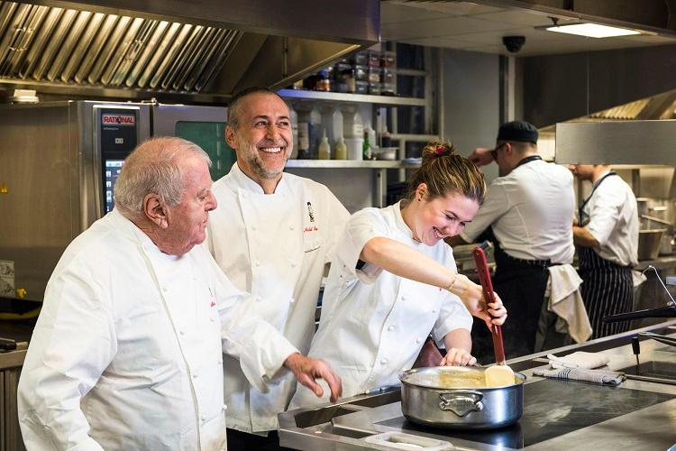 """Ο διάσημος σεφ Michel Roux Jr. και το εμβληματικό """"Le Gavroche"""" προσαρμόζονται στην πανδημία και το Brexit"""