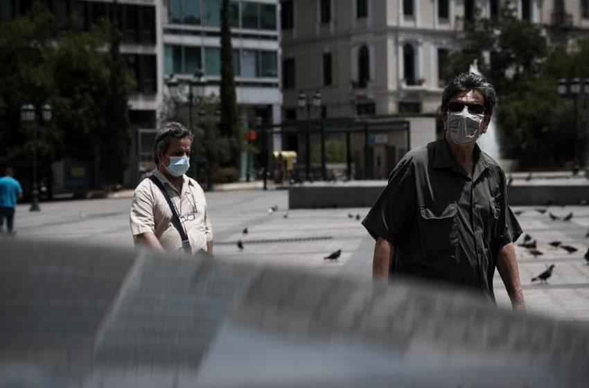 Επαναφορά της μάσκας; Η επιτροπή ουδέποτε εισηγήθηκε την κατάργηση σε εξωτερικούς χώρους – Τι λένε οι επιστήμονες