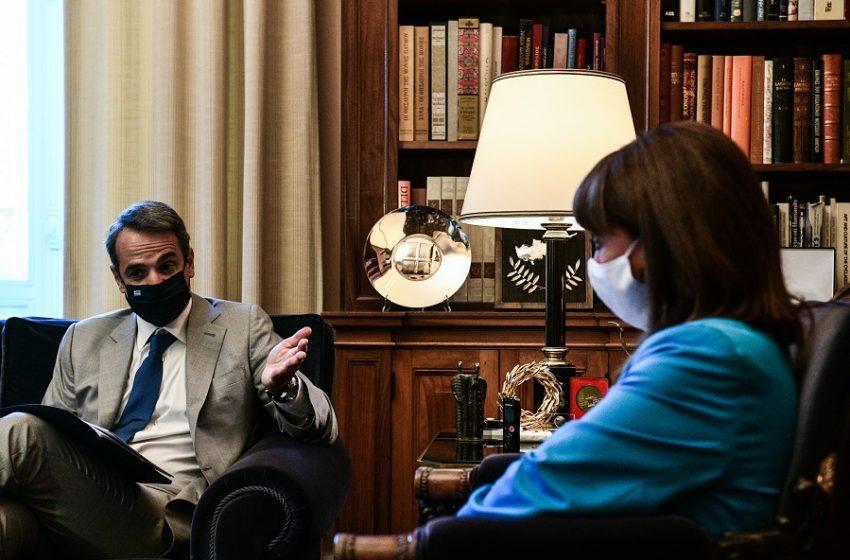 Υποχρεωτικοί εμβολιασμοί: Διπλό μήνυμα Μητσοτάκη στη συνάντηση με την Σακελλαροπούλου – Η ΠΟΕΔΗΝ αντιδρά με κινητοποιήσεις