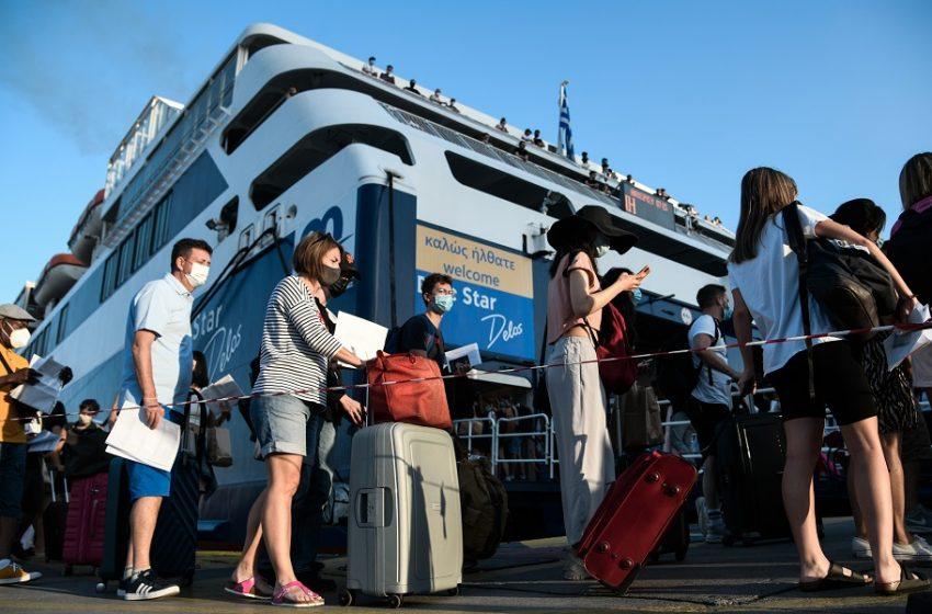 Ουρές επιβατών στο λιμάνι – Πώς γίνονται οι έλεγχοι, τα έγγραφα που χρειάζονται και για την επιστροφή