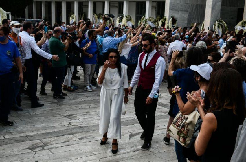 """Ντυμένη στα λευκά η Ζωζώ Σαπουντζάκη στο """"αντίο"""" στον μεγάλο Βοσκόπουλο"""