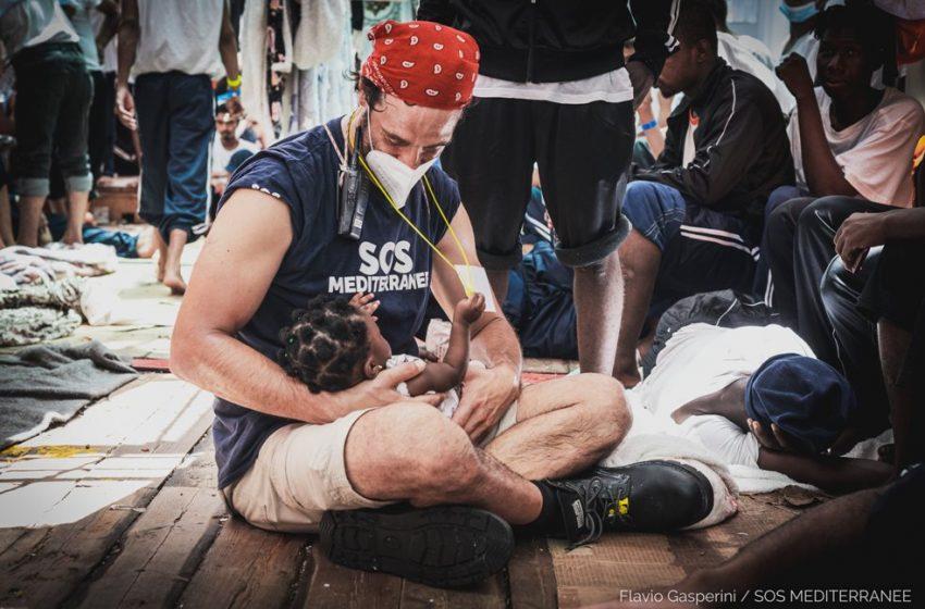 Ocean Viking: Συγκλονίζουν οι εικόνες από την διάσωση των 572 μεταναστών