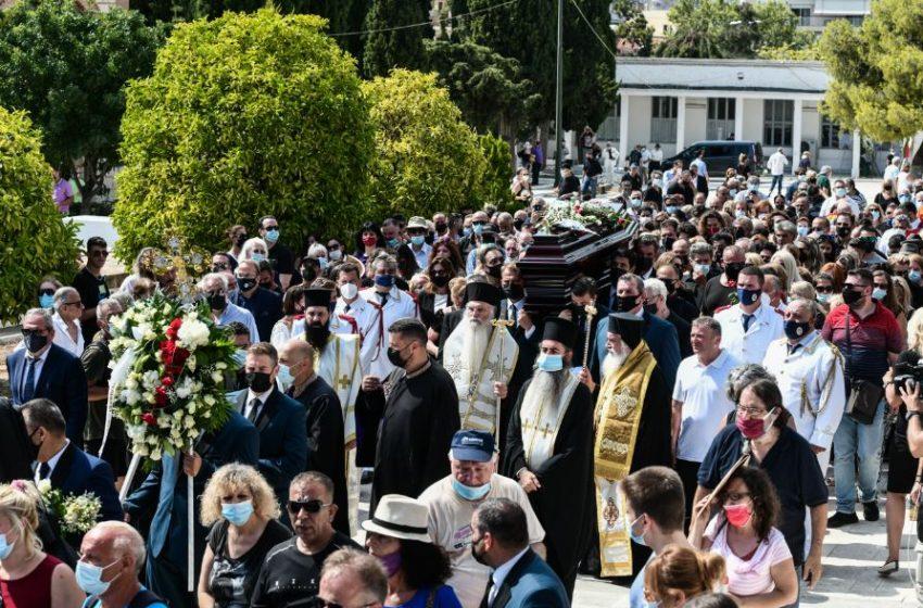 """Το τελευταίο αντίο στον """"πρίγκιπα"""" του ελληνικού τραγουδιού Τόλη Βοσκόπουλο (εικόνες)"""