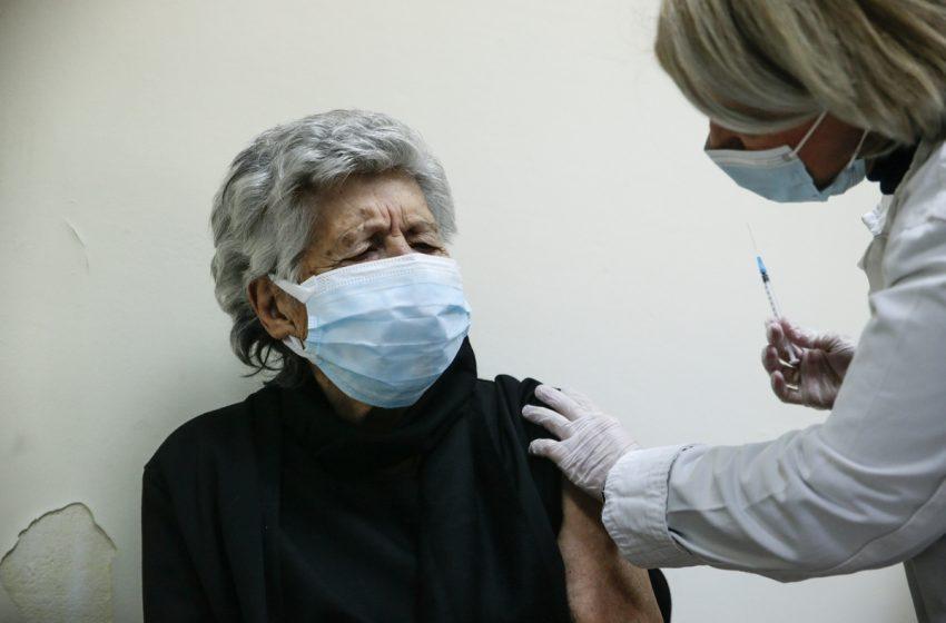 Ανοίγει την Τρίτη η πλατφόρμα για τους κατ' οίκον εμβολιασμούς