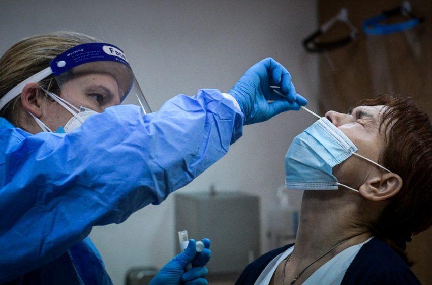 Ανατροπή: Νέες οδηγίες στους πλήρως εμβολιασμένους μετά από επαφή με κρούσμα – Τι ισχύει με την τρίτη δόση