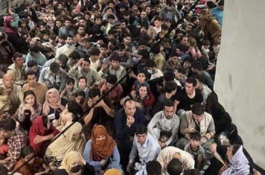 Καμπούλ: Νέα συγκλονιστική εικόνα από αεροπλάνο – 600 Αφγανοί στοιβαγμένοι για τη μεγάλη φυγή