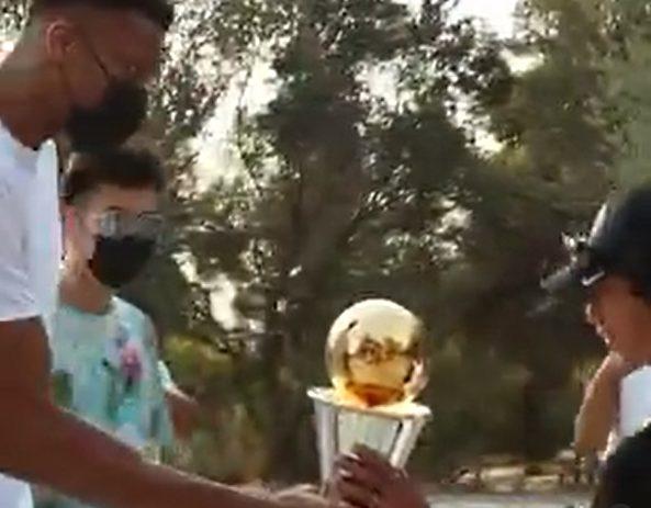 Ο Αντετοκούνμπο στην Ακρόπολη: Έδωσε το τρόπαιο σε μικρό θαυμαστή του και φωτογραφήθηκε μαζί του… (vid)