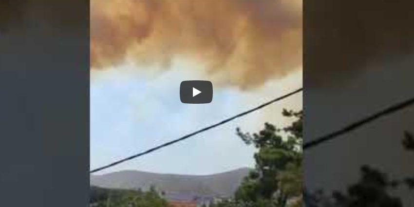 Πολύ άσχημη η κατάσταση στα Βίλια: Δύο ερασιτεχνικά βίντεο δείχνουν το μέγεθος της φωτιάς (vid)