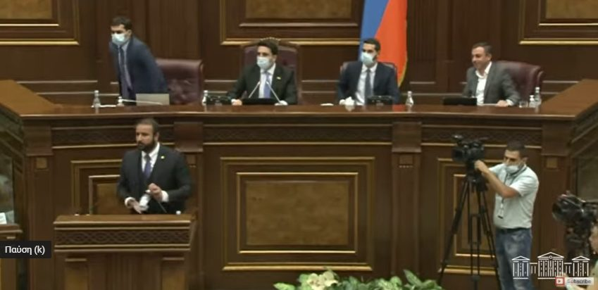 Χάος στη Βουλή της Αρμενίας – Εκτοξεύτηκαν μπουκάλια, πιάστηκαν στα χέρια (vid)