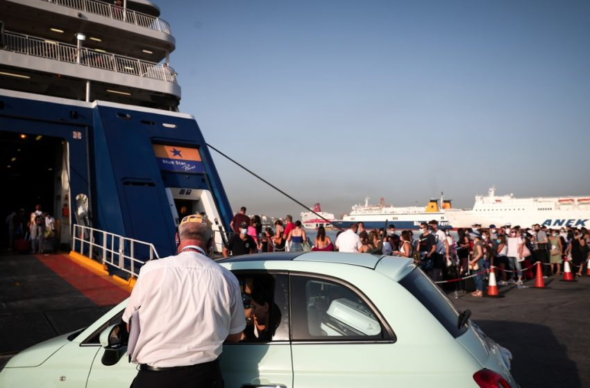 Ουρές στα καράβια στο λιμάνι του Πειραιά