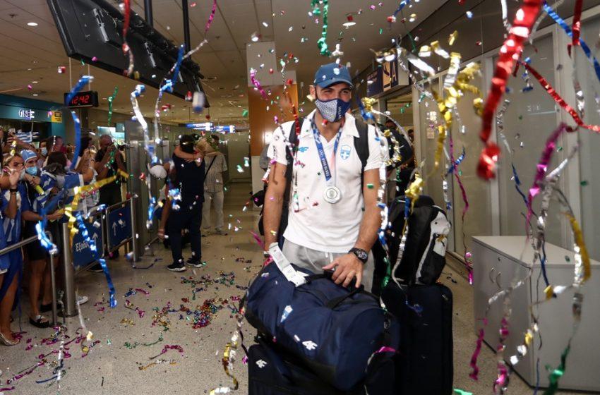 Αποθέωση στο αεροδρόμιο για την Εθνική πόλο με βουβουζέλες και κομφετί