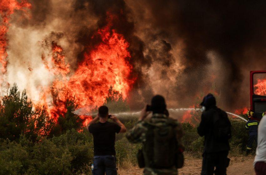 Φωτιά στην Αττική: Εκτός ελέγχου οι αναζωπυρώσεις – Εκκενώνονται Πολυδένδρι και Καπανδρίτι