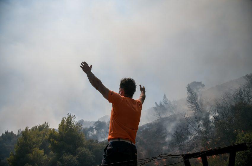Επελαύνει η φωτιά σε Κερατέα και Βίλλια – Συνεχείς εκκενώσεις οικισμών