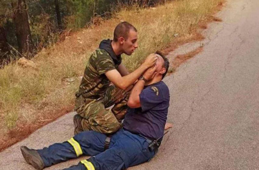 Στρατιώτης παρέχει πρώτες βοήθειες σε πυροσβέστη – Συγκλονιστική εικόνα