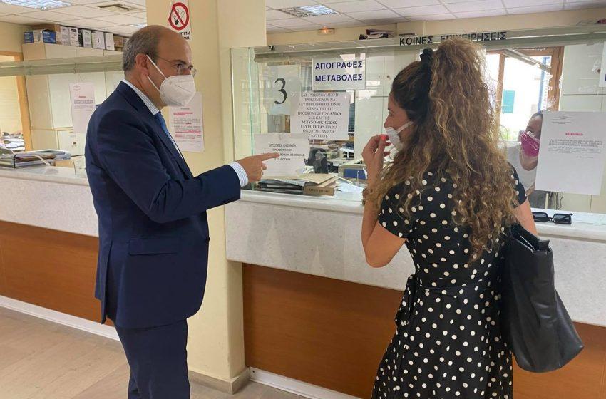 """Αιφνιδιαστική επίσκεψη Χατζηδάκη στον ΕΦΚΑ Κέρκυρας – Υπάλληλος δεν τον αναγνώρισε: """"Κοιτάξτε καλά είμαι ο υπουργός"""""""