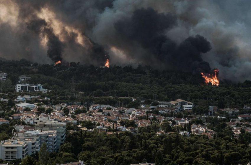 Meteo/ Γιατί γιγαντώθηκε η φωτιά στην Βαρυμπόμπη- Το μικροκλίμα της πυρκαγιάς, οι άνεμοι και η γεωμορφολογία