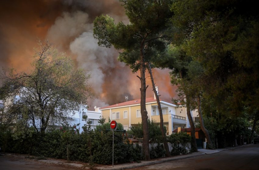 Φωτιά στη Βαρυμπόμπη: Εκκενώνεται το Ολυμπιακό Χωριό – Μήνυμα από το 112
