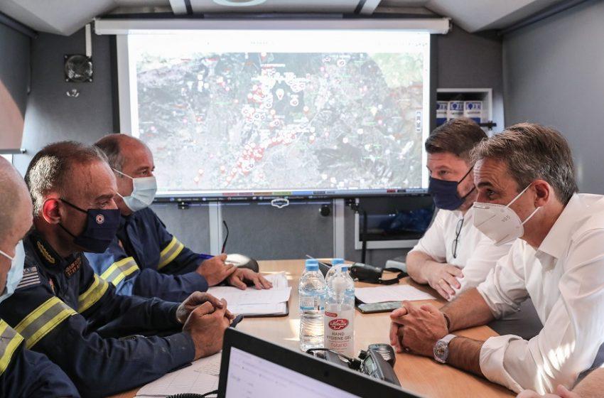 Φωτιά στην Εύβοια: Στο Κέντρο Επιχειρήσεων της πυροσβεστικής ο Μητσοτάκης