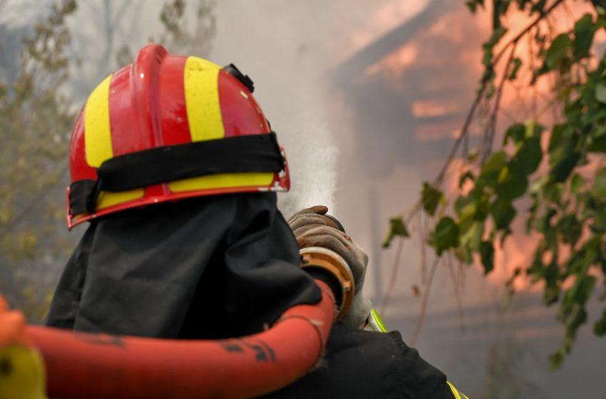 Άνω Λιόσια: Ξέσπασε φωτιά πάνω από το νεκροταφείο