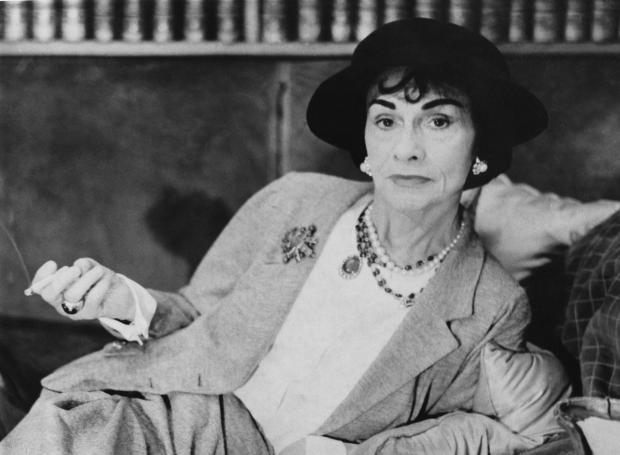 Γιατί η Κοκό Σανέλ ήταν μια επαναστάτρια του γυναικείου στυλ
