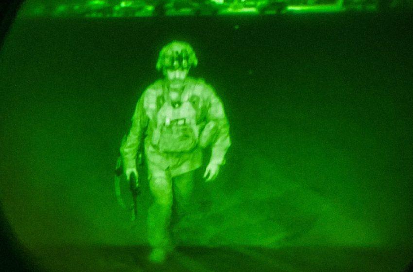 Ιστορική φωτογραφία: Αυτός είναι ο τελευταίος αμερικανός στρατιώτης που αποχωρεί από το Αφγανιστάν