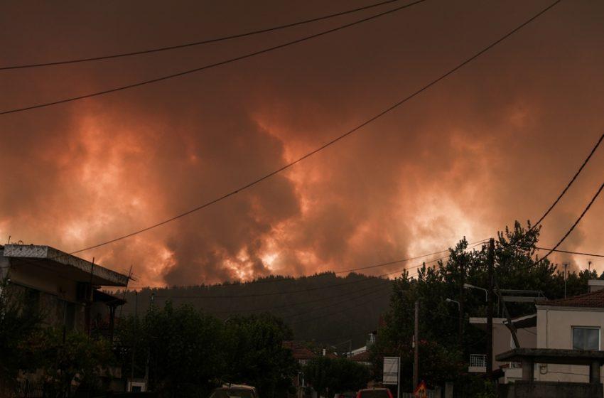 Εύβοια: Ανεξέλεγκτη η φωτιά- Καίγονται σπίτια στις Γούβες- Νέες εκκενώσεις οικισμών