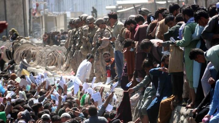 Δραματικές στιγμές: Εκατοντάδες οικογένειες εκλιπαρούν για φαγητό και στέγη στην Καμπούλ