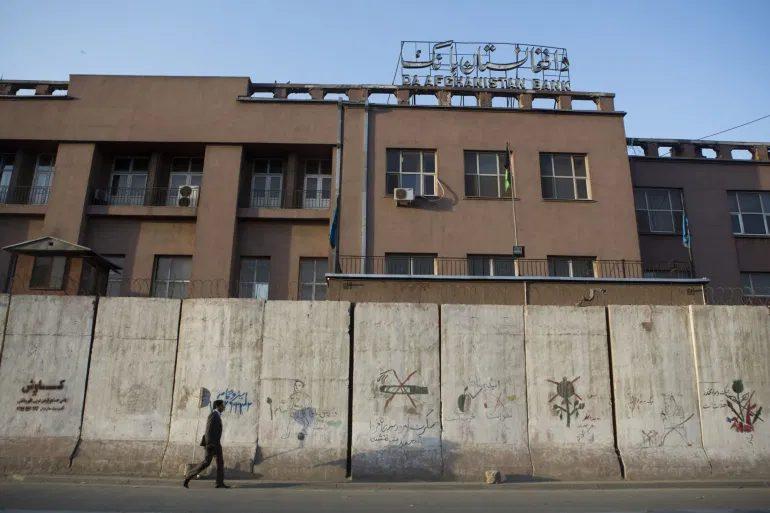 Αφγανιστάν: Οδηγίες επαναλειτουργίας στις ιδιωτικές τράπεζες – Όριο ανάληψης τα 200 $ την εβδομάδα