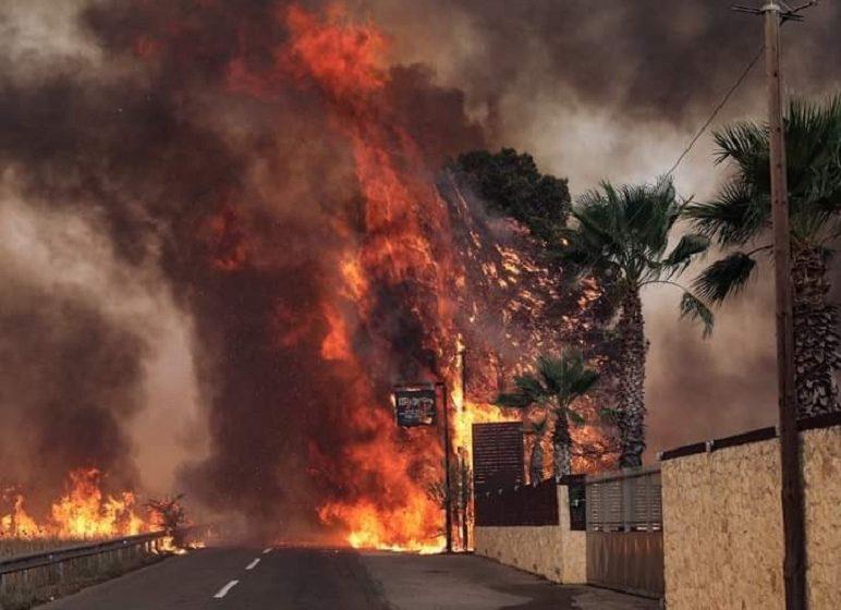 Πύρινος εφιάλτης σε Βαρυμπόμπη και Θρακομακεδόνες – Ολονύχτια  μάχη με διάσπαρτα μέτωπα – Κάηκαν περιουσίες