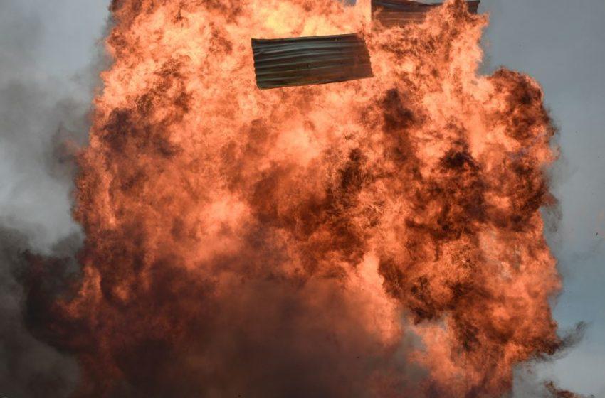Καίγεται εργοστάσιο με εύφλεκτα υλικά στο ύψος του Καπανδριτίου