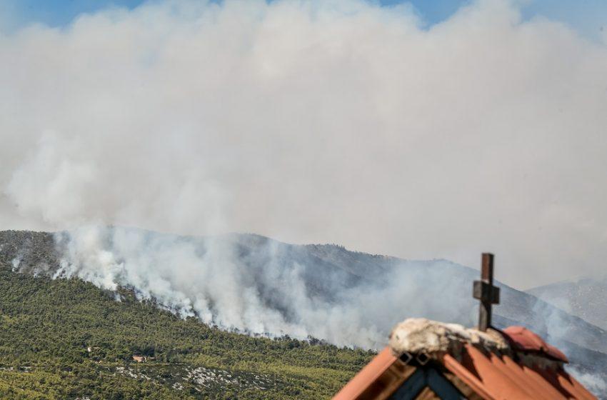 Φωτιά στα Βίλια: Κατακαίει δάσος ανάμεσα σε δύο οικισμούς – Τρία μέτωπα, συνεχείς απομακρύνσεις κατοίκων – Έκλεισε η παλαιά Εθνική