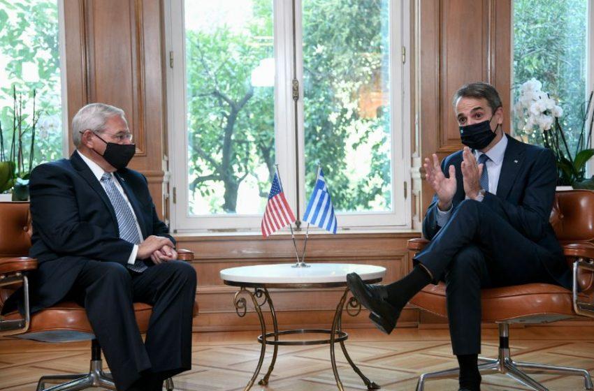 Ελληνοαμερικανικές σχέσεις, κλίμα και Αφγανιστάν στη συζήτηση Μητσοτάκη-Μενέντεζ (vid)