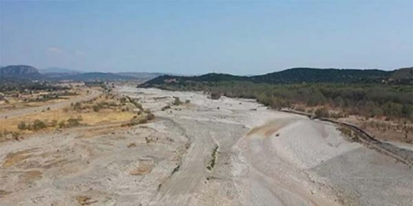 """Στέρεψε ο Πηνειός ποταμός – Σε μήκος 25 χιλιομέτρων """"δεν υπάρχει σταγόνα νερού"""" (vid)"""