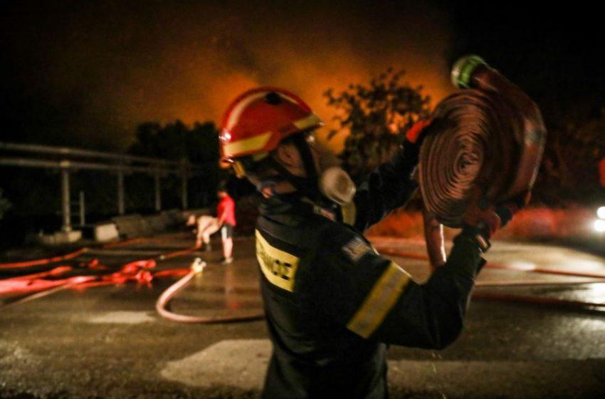 Με εγκαύματα στο Κέντρο Υγείας Μαντουδίου τρεις πυροσβέστες