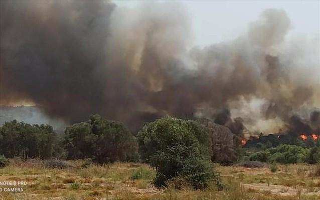 Ανησυχία στη Ρόδο: Εκτεταμένες αναζωπυρώσεις στα μέτωπα της πυρκαγιάς