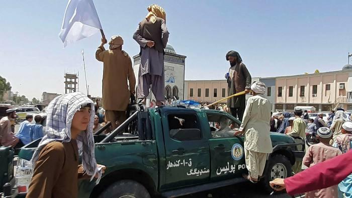 Μέσα σε 10 μέρες κατέλαβαν τη χώρα: Οι Ταλιμπάν έτοιμοι για θριαμβευτική είσοδο στην Καμπούλ – Εγκαταλείπουν άρον άρον το Αφγανιστάν οι Δυτικοί