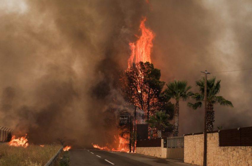Φωτιά στη Βαρυμπόμπη: Έκλεισε και πάλι η εθνική οδός Αθηνών – Λαμίας