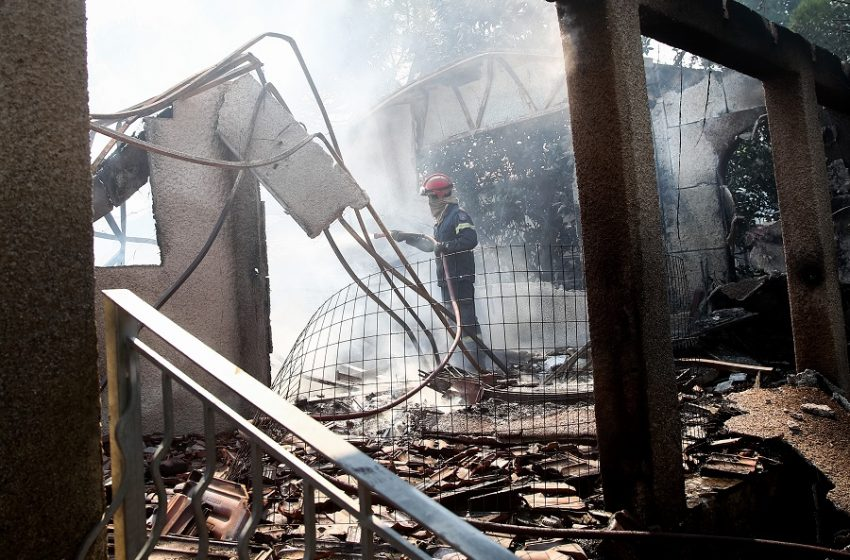 Δραματική η κατάσταση στα Βίλια: Καίγονται σπίτια στη νέα φωτιά – Μεγαλώνει το πύρινο μέτωπο