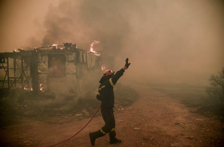 Καίγονται σπίτια στα Βίλια μετά τη νέα αναζωπύρωση – Δραματική η κατάσταση, εκτός ελέγχου η πυρκαγιά